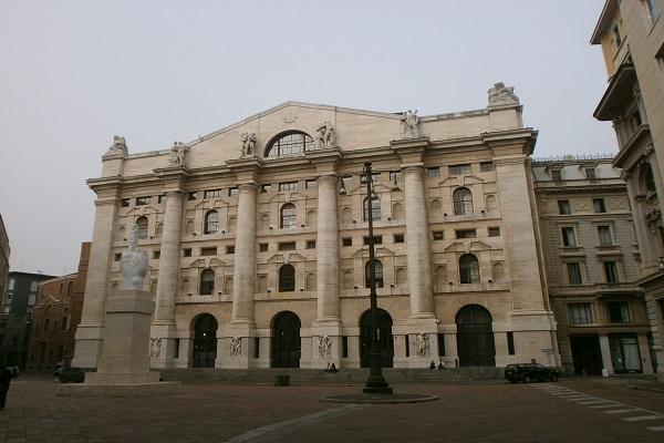 Azioni banche e assicurazioni oggi 23 gennaio a Piazza Affari, monta la speculazione