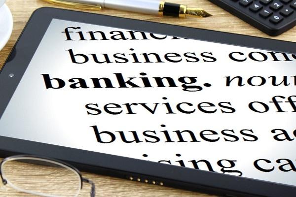 Banca online con pc e smartphone, le nuove tendenze digitali dei clienti