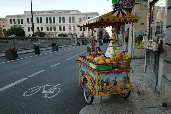 Napoli capitale del commercio itinerante, boom mercatini e bancarelle di stranieri