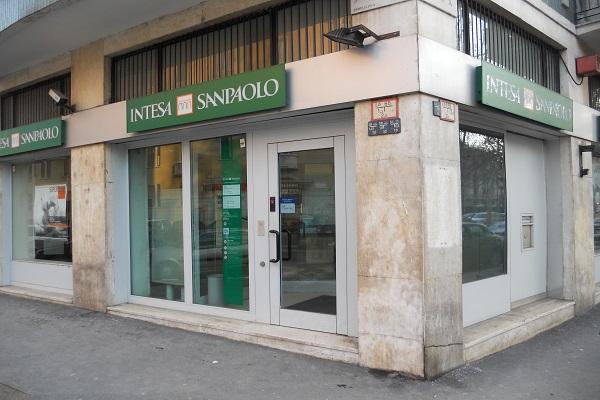 Intesa Sanpaolo, nel trimestre l'utile sale a 901 milioni di euro
