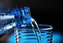 Acqua minerale è la bevanda di tutti, mezzo litro al giorno per 8 italiani su 10